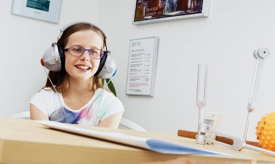 Lydbehandling ved ZoneHelle i Greve. På billedet får en pige lydbehandling.